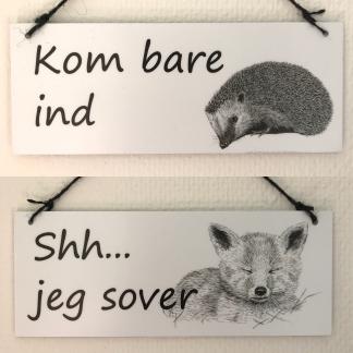 Dørskilt med pindsvin og ræv